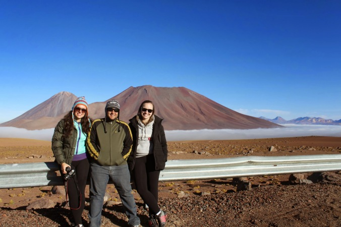 (Nataly, eum Juliana e os dois dos vulcões mais famosos do mundo: Licancabur e Hulriques)